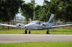 Avion jumel moderne d'engine photo libre de droits