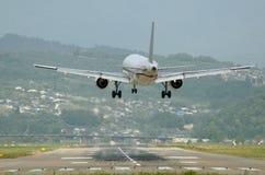 Avion juste avant l'atterrissage. Images libres de droits