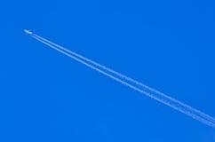 Avion laissant des traces ou des chemtrails Image stock