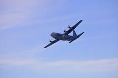 Avion militaire dans les skyes Images libres de droits