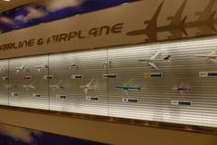 Avion modèle décoré dans l'aéroport de Tokyo Photo libre de droits