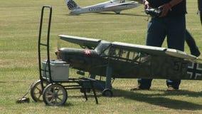 Avion modèle de Cessna au sol banque de vidéos
