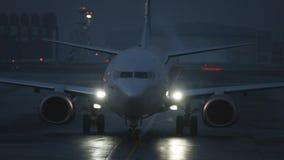Avion moderne dans l'aéroport au crépuscule Photos stock