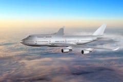 Avion moderne dans le ciel près de l'aéroport. image stock