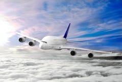 Avion moderne dans le ciel près de l'aéroport. Photo libre de droits