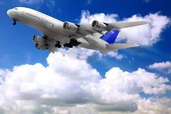 Avion moderne dans le ciel près de l'aéroport. images stock