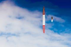 Avion montant de RC sur le ciel bleu image stock