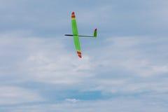 Avion montant de RC sur le ciel bleu photographie stock libre de droits