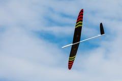 Avion montant de RC sur le ciel bleu photo stock