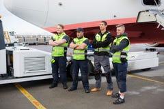 Avion moulu sûr de Team Standing Arms Crossed Against image libre de droits