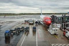 Avion norvégien étant embarqué à l'aéroport de ½ de ¿ d'ï d'Oslo Gardermoen Photos stock