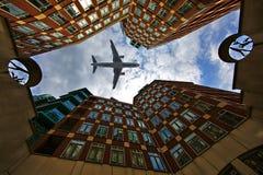 Avion par les b?timents photo libre de droits