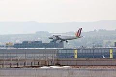 Avion pendant l'atterrissage à l'aéroport Stuttgart, Allemagne Photo libre de droits