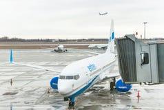 Avion près de la porte terminale prête pour le décollage Image libre de droits