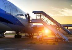 Avion près du terminal Photos libres de droits