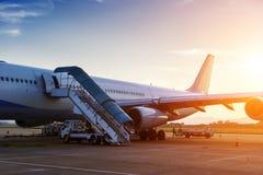 Avion près du terminal Photographie stock libre de droits