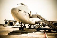 Avion près du terminal dans un aéroport Images stock