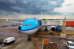 Avion près du terminal dans un aéroport Photo libre de droits