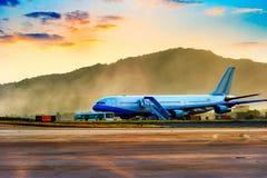 Avion près du terminal dans un aéroport Photo stock