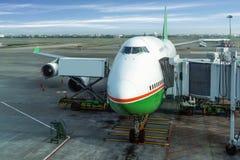 Avion près du terminal sous le ciel bleu Image libre de droits