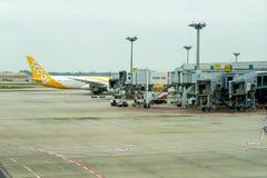 Avion prêt à décoller à l'aéroport international de Changi Image stock
