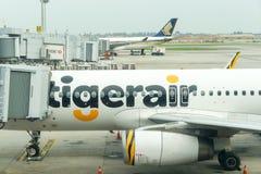 Avion prêt à décoller à l'aéroport international de Changi Images libres de droits