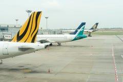 Avion prêt à décoller à l'aéroport international de Changi Photos stock