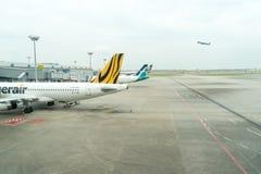 Avion prêt à décoller à l'aéroport international de Changi Photographie stock libre de droits