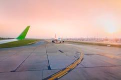 Avion prêt à enlever la piste au temps de coucher du soleil Photo stock