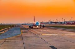 Avion prêt à enlever la piste au temps de coucher du soleil Image libre de droits