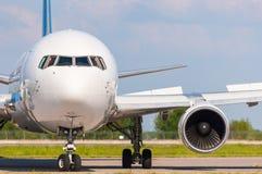 Avion prêt à voler Concept d'industrie de voyage et de transport Image libre de droits