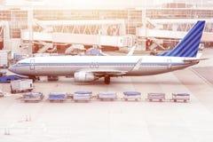 Avion prêt pour embarquer dans un hub d'aéroport L'avion prêt pour refoulent dans un hub d'aéroport Images stock