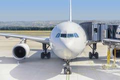 Avion prêt pour embarquer dans un hub d'aéroport L'avion prêt pour refoulent dans un hub d'aéroport Photo stock