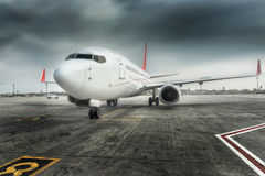 Avion prêt pour embarquer dans un hub d'aéroport L'avion prêt pour refoulent dans un hub d'aéroport Image stock