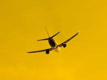 Avion quittant l'aéroport au coucher du soleil Photo stock