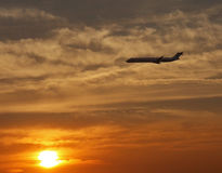 Avion à réaction au coucher du soleil Photo libre de droits