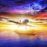 Avion à réaction au-dessus d'île tropicale Images stock