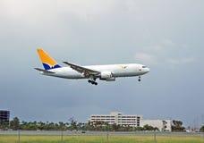 Avion à réaction de cargaison de Boeing 767 Photo stock