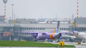 Avion roulant au sol après le débarquement banque de vidéos