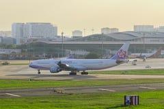 Avion roulant au sol chez Tan Son Nhat Airport photo libre de droits