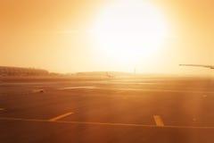 Avion roulant au sol dessus à la piste d'aéroport en brume Photographie stock
