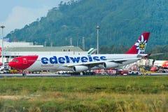 Avion roulant au sol sur la piste de l'aéroport de Phuket images stock
