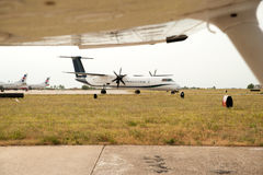 Avion roulant au sol sur la piste en préparant le départ - enlevez a Photo stock