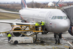 Avion russe de chargement images stock