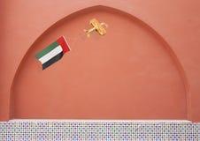 Avion rustique en bois avec le drapeau national EAU Photographie stock libre de droits