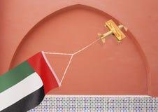 Avion rustique en bois avec le drapeau national EAU Photos libres de droits