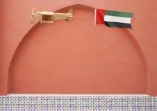Avion rustique en bois avec le drapeau national EAU Photo libre de droits