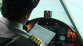 Avion se tenant sur la piste, pilote complétant des documents et commençant le vol banque de vidéos