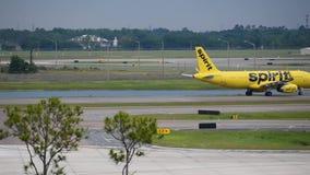 Avion Spirit Airlines sul modo decollare ad Orlando International Airport