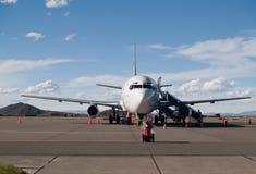 Avion stationné à l'aéroport Photographie stock libre de droits